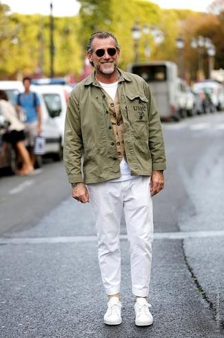 Как и с чем носить: оливковая куртка в стиле милитари, светло-коричневый жилет, белая футболка с круглым вырезом, белые брюки чинос