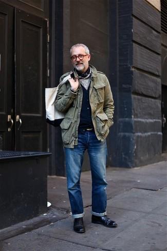 Как и с чем носить: оливковая куртка в стиле милитари, черный кардиган, серая классическая рубашка, синие джинсы