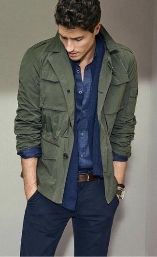Как и с чем носить: оливковая куртка в стиле милитари, темно-синий кардиган, темно-синяя рубашка с длинным рукавом из шамбре, темно-синие брюки чинос