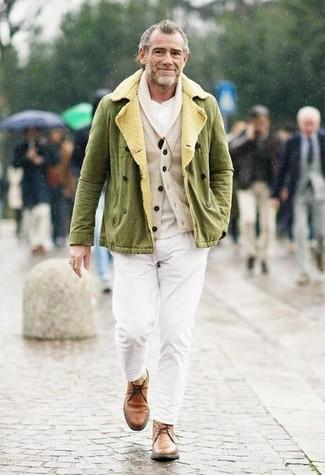 Как и с чем носить: оливковая куртка в стиле милитари, бежевый кардиган с отложным воротником, белая футболка на пуговицах, белые брюки чинос