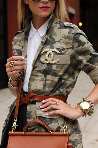 Как и с чем носить: оливковая куртка в стиле милитари с камуфляжным принтом, белая классическая рубашка, черная короткая юбка-солнце, табачная кожаная сумка через плечо