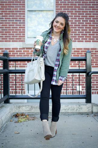 Серая футболка с v-образным вырезом: с чем носить и как сочетать женщине: Серая футболка с v-образным вырезом и темно-синие джинсы скинни безусловно украсят гардероб любой современной дамы. Что же до обуви, можно дополнить ансамбль серыми замшевыми ботильонами.