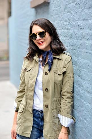 Как и с чем носить: оливковая куртка в стиле милитари, голубая классическая рубашка в вертикальную полоску, синие джинсовые шорты, темно-синяя бандана в горошек