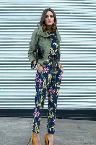 Женские луки: Такое простое и комфортное сочетание вещей, как оливковая куртка в стиле милитари и темно-синий комбинезон с цветочным принтом, понравится женщинам, которые любят проводить дни в постоянном движении. В тандеме с этим луком наиболее удачно смотрятся горчичные замшевые туфли.