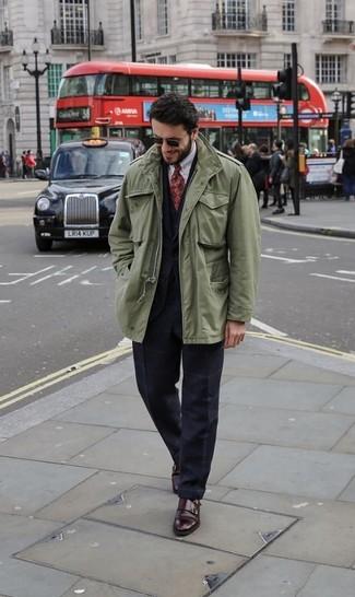 Как и с чем носить: оливковая куртка в стиле милитари, черный костюм в клетку, черный жилет, белая классическая рубашка