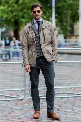 Как и с чем носить: бежевая куртка в стиле милитари, оливковая стеганая куртка без рукавов, белая классическая рубашка, темно-серые брюки чинос