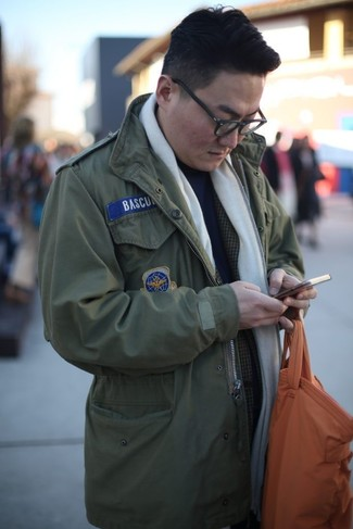 Как и с чем носить: оливковая куртка в стиле милитари, темно-серый пиджак в шотландскую клетку, темно-синяя водолазка, оранжевая кожаная большая сумка