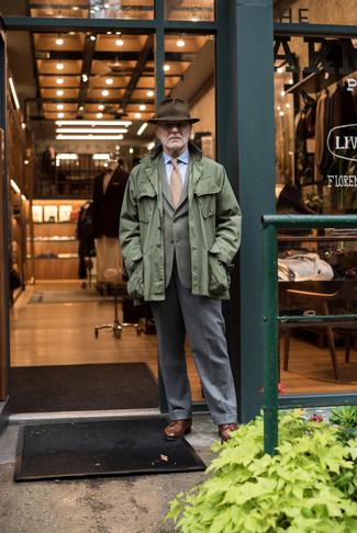 Как и с чем носить: оливковая куртка в стиле милитари, оливковый пиджак, голубая классическая рубашка, серые шерстяные классические брюки