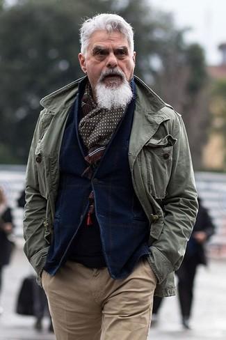 Модный лук: оливковая куртка в стиле милитари, темно-синий вельветовый пиджак, черный свитер с круглым вырезом, светло-коричневые брюки чинос