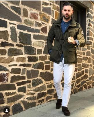 Как и с чем носить: оливковая куртка в стиле милитари, темно-синяя рубашка с длинным рукавом с принтом, белые брюки чинос, темно-коричневые замшевые лоферы