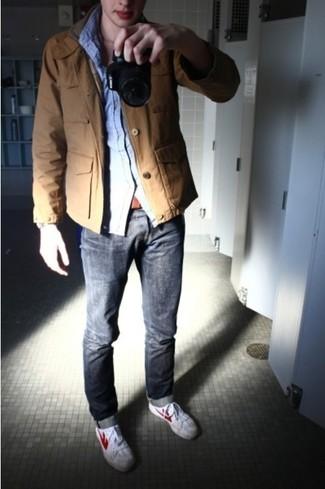 Если ты любишь выглядеть по моде, и при этом чувствовать себя комфортно и расслабленно, примерь это сочетание табачной куртки в стиле милитари и серых джинсов. Белые низкие кеды помогут сделать лук не таким официальным.