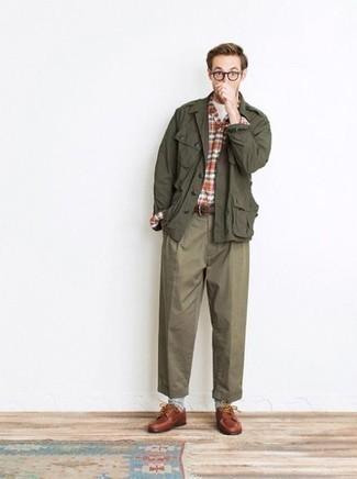 Модные мужские луки 2020 фото: Образ из оливковой куртки в стиле милитари и оливковых брюк чинос позволит реализовать в твоем ансамбле городской стиль современного парня. Такой лук обретает новое прочтение в сочетании с табачными кожаными туфлями дерби.