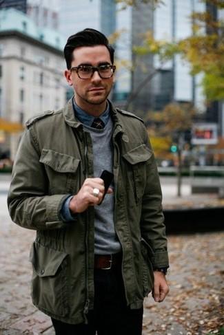 Как и с чем носить: оливковая куртка в стиле милитари, серый свитер с круглым вырезом, синяя джинсовая рубашка, черные брюки чинос