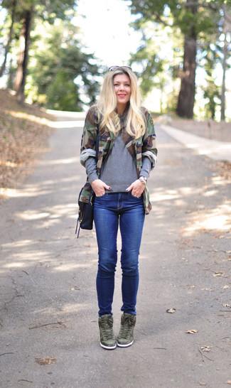 Как и с чем носить: оливковая куртка в стиле милитари с камуфляжным принтом, серый свитер с круглым вырезом, синие джинсы скинни, оливковые кожаные кроссовки на танкетке