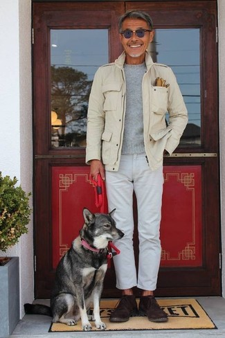 Как и с чем носить: бежевая куртка в стиле милитари, серый свитер с круглым вырезом, белые джинсы, темно-коричневые замшевые ботинки дезерты