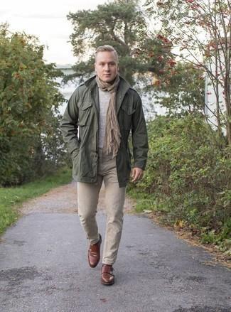Серый свитер с круглым вырезом: с чем носить и как сочетать мужчине: Серый свитер с круглым вырезом и светло-коричневые джинсы выигрышно вписываются в гардероб самых взыскательных мужчин. Хотел бы привнести в этот ансамбль нотку утонченности? Тогда в качестве дополнения к этому ансамблю, стоит выбрать коричневые кожаные монки с двумя ремешками.