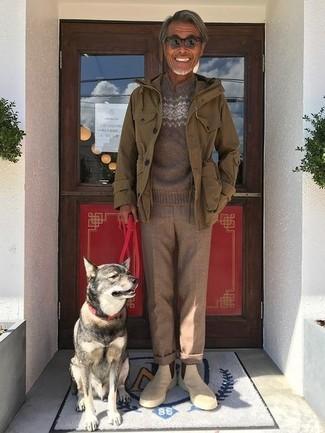 Как и с чем носить: оливковая куртка в стиле милитари, коричневый свитер с круглым вырезом с жаккардовым узором, коричневые шерстяные классические брюки, бежевые замшевые ботинки челси