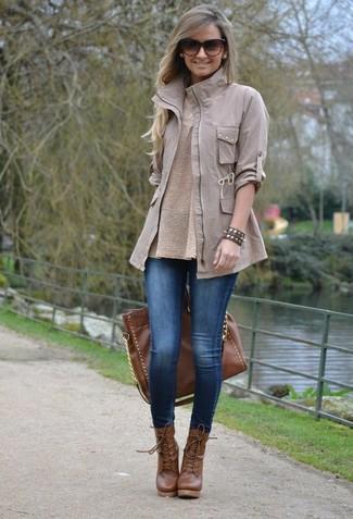 Как и с чем носить: серая куртка в стиле милитари, бежевый свитер с круглым вырезом, синие джинсовые леггинсы, коричневые кожаные ботильоны на шнуровке