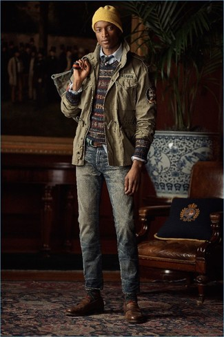 Как и с чем носить: оливковая куртка в стиле милитари, темно-синий свитер с круглым вырезом с жаккардовым узором, голубая рубашка с длинным рукавом в вертикальную полоску, темно-синие джинсы