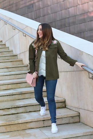 Белые низкие кеды из плотной ткани: с чем носить и как сочетать женщине: Если ты любишь смотреться привлекательно, чувствуя себя при этом комфортно и уверенно, опробируй это сочетание оливковой куртки в стиле милитари с вышивкой и темно-синих джинсов скинни. В паре с этим образом наиболее уместно будут выглядеть белые низкие кеды из плотной ткани.