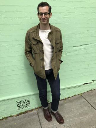 С чем носить белую футболку на пуговицах мужчине: Белая футболка на пуговицах в сочетании с темно-синими джинсами позволит выразить твою индивидуальность и выделиться из общей массы. Любители свежих идей могут завершить образ темно-коричневыми кожаными повседневными ботинками, тем самым добавив в него чуточку строгости.