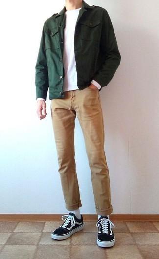 Черно-белые низкие кеды из плотной ткани: с чем носить и как сочетать мужчине: Темно-зеленая куртка в стиле милитари и светло-коричневые джинсы надежно закрепились в гардеробе современных джентльменов, помогая создавать сногсшибательные и стильные луки. Такой лук легко адаптировать к повседневным реалиям, если завершить его черно-белыми низкими кедами из плотной ткани.