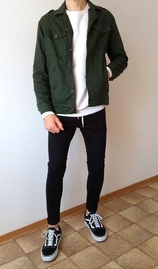 Черно-белые низкие кеды из плотной ткани: с чем носить и как сочетать мужчине: Темно-зеленая куртка в стиле милитари и черные зауженные джинсы надежно обосновались в гардеробе современных джентльменов, позволяя создавать неприевшиеся и стильные ансамбли. В тандеме с этим луком выигрышно будут смотреться черно-белые низкие кеды из плотной ткани.
