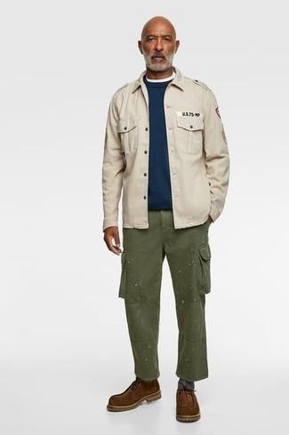 С чем носить коричневые замшевые ботинки дезерты: Бежевая куртка в стиле милитари и оливковые брюки карго — беспроигрышный вариант, если ты ищешь расслабленный, но в то же время стильный мужской образ. Вместе с этим образом гармонично выглядят коричневые замшевые ботинки дезерты.