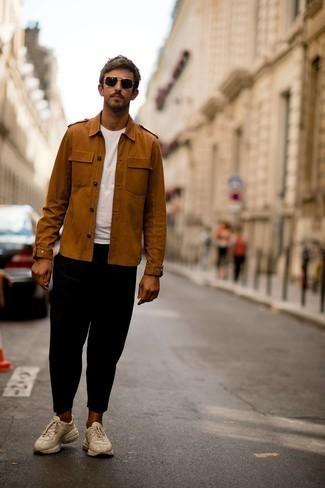 Мода для 30-летних мужчин: Табачная куртка в стиле милитари и белая футболка с круглым вырезом прочно закрепились в гардеробе многих парней, помогая создавать шикарные и практичные ансамбли.