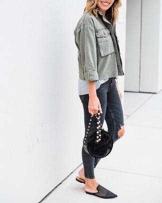 Светло-коричневые серьги: с чем носить и как сочетать: Такое простое и удобное сочетание базовых вещей, как оливковая куртка в стиле милитари и светло-коричневые серьги, понравится девушкам, которые любят проводить дни в постоянном движении. Теперь почему бы не привнести в повседневный образ толику шика с помощью черных кожаных плетеных лоферов?