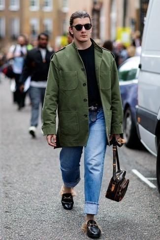 Синие джинсы: с чем носить и как сочетать мужчине: В оливковой куртке в стиле милитари и синих джинсах можно пойти на свидание в расслабленной обстановке или провести выходной, когда в планах культурное мероприятие без дресс-кода. Хочешь привнести сюда нотку классики? Тогда в качестве дополнения к этому луку, стоит выбрать черные кожаные лоферы.