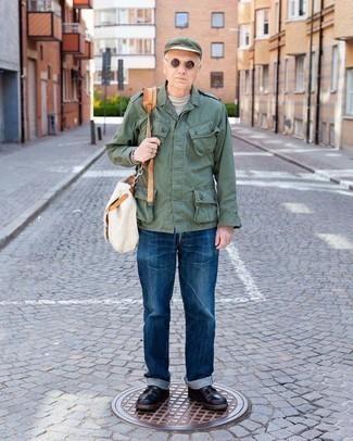 Мужские луки: Оливковая куртка в стиле милитари и темно-синие джинсы прочно обосновались в гардеробе современных парней, помогая создавать яркие и практичные ансамбли. Любители необычных луков могут завершить лук темно-коричневыми кожаными повседневными ботинками, тем самым добавив в него чуточку строгости.