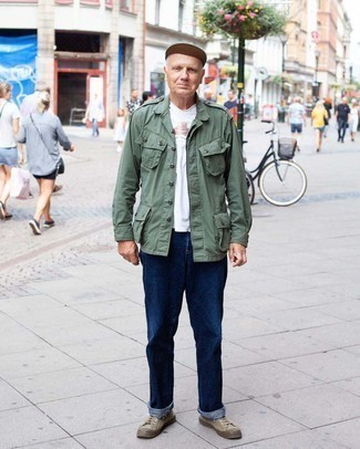Мужские луки: Примерь сочетание оливковой куртки в стиле милитари и темно-синих джинсов, и ты получишь модный непринужденный мужской ансамбль на каждый день. В тандеме с коричневыми низкими кедами из плотной ткани весь лук смотрится очень живо.