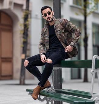 Как и с чем носить: оливковая куртка в стиле милитари с камуфляжным принтом, черная футболка с круглым вырезом, черные рваные зауженные джинсы, коричневые замшевые ботинки челси