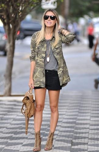 Как и с чем носить: оливковая куртка в стиле милитари с камуфляжным принтом, серая футболка с круглым вырезом, черные джинсовые шорты, светло-коричневые кожаные ботильоны с вырезом