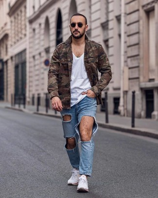 Как и с чем носить: коричневая куртка в стиле милитари с камуфляжным принтом, белая футболка с v-образным вырезом, голубые рваные джинсы, белые кроссовки