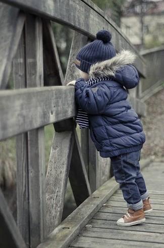 Как и с чем носить: темно-синяя куртка, темно-синие джинсы, коричневые ботинки, темно-синяя шапка