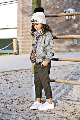 Как и с чем носить: серая куртка, черные джинсы, белые кеды, белая шапка