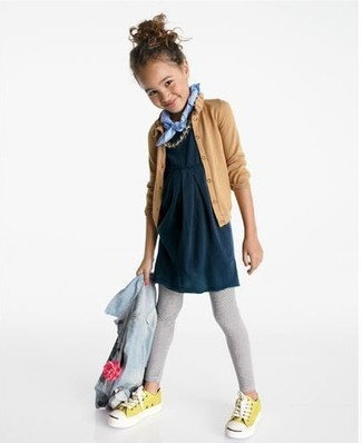 Модный лук: Голубая джинсовая куртка, Светло-коричневый кардиган, Темно-синее платье, Серые леггинсы