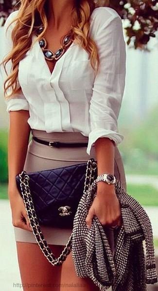 Черно-белая твидовая куртка и светло-коричневая мини-юбка — необходимые вещи в гардеробе девушек с чувством стиля.