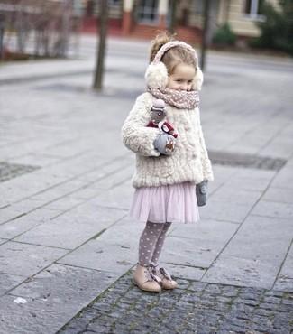 Как и с чем носить: белая меховая куртка, розовое платье из фатина, бежевые ботинки, серые перчатки