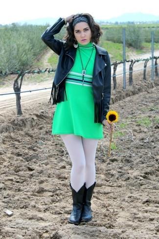 Черная кожаная куртка c бахромой и зеленое платье прямого кроя украсят твой гардероб. И почему бы не разбавить образ с помощью черных кожаных ковбойских сапог?