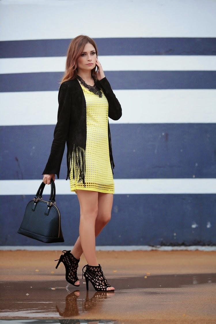 Желтое платье черная куртка