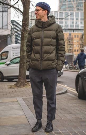 Темно-серые носки: с чем носить и как сочетать мужчине: Оливковая куртка-пуховик и темно-серые носки — стильный выбор молодых людей, которые никогда не сидят на месте. В тандеме с черными кожаными низкими кедами такой образ выглядит особенно выгодно.