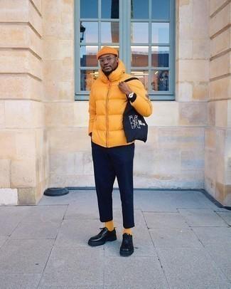 Мужские луки: Оранжевая куртка-пуховик и темно-синие брюки чинос стильно впишутся в любой мужской ансамбль — небрежный повседневный ансамбль или же строгий вечерний. Этот образ обретет новое прочтение в паре с черными кожаными туфлями дерби.