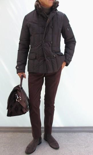 Как и с чем носить: темно-коричневая куртка-пуховик, коричневая водолазка, темно-красные вельветовые брюки чинос, темно-коричневые замшевые ботинки челси