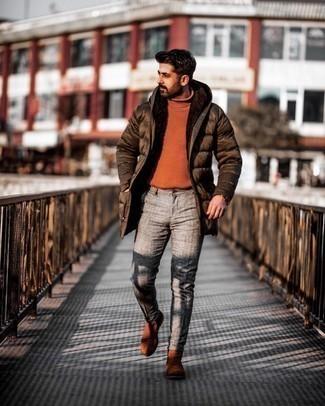 Мужские луки: Комбо из темно-коричневой куртки-пуховика и серых брюк чинос поможет выразить твою индивидуальность. Не прочь сделать образ немного элегантнее? Тогда в качестве дополнения к этому луку, выбери табачные замшевые ботинки челси.