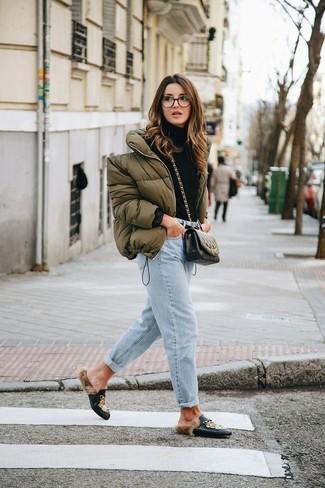Как и с чем носить: оливковая куртка-пуховик, черная водолазка, голубые джинсы-бойфренды, черные кожаные лоферы с принтом