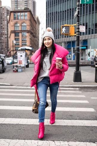 Как и с чем носить: ярко-розовая куртка-пуховик, серая водолазка, синие рваные джинсы скинни, ярко-розовые кожаные ботильоны