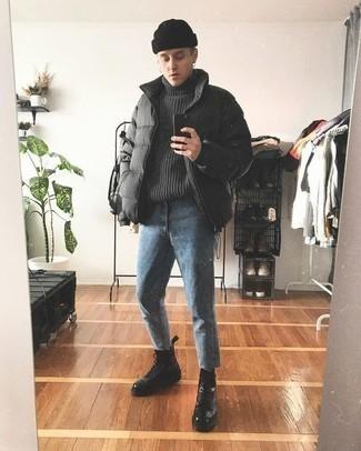 Синие джинсы: с чем носить и как сочетать мужчине: Темно-серая куртка-пуховик и синие джинсы — неотъемлемые вещи в гардеробе мужчин с чувством стиля. Черные кожаные повседневные ботинки гармонично дополнят этот лук.